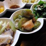 古都里 - 三点盛り。タコとセロリのマリネ、ナーベラー(ヘチマ)炒め、ちきなー(芥子菜)とシーチキンの炒めもの