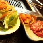 焼肉市場 明月館 - ビビンバランチ・肉、サラダ