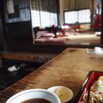 上の家 鶴岡 - 席間が広くてゆったり食べられます。奥はお座敷(4テーブル×2部屋)