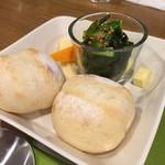 35249821 - パンとチーズと小松菜サラダ
