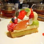 ラ・メゾン アンソレイユターブル - 季節のフルーツタルト、紅茶(ローズカクテル)