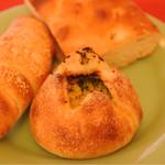 パーネ ディ トゥッティ - 季節の焼きカレーパン、マスタードソーセージパン、フォカッチャ