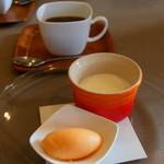 イ コッチ - 食後のドルチェはパンナコッタとブラットオレンジのジェラート。深みのある珈琲とともに。