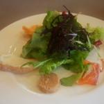 35251269 - サラダは愛媛産の有機野菜を中心に、サーモンのカルパッチョ、クリームチーズ、ロブスター、パテなど様々な味の変化が楽しめるアンティパスト
