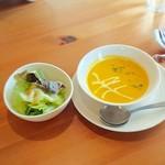 リポサーレ - パスタランチのスープとサラダ。