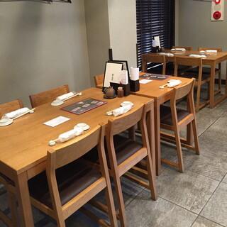 阿部 広尾別館 - 2階のテーブル席。2015年2月