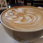 Urth Caffé - カフェラテMサイズ(580円)何のマークだろう?