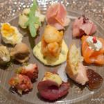 ダルマット - 前菜盛合せ(生ハム、鰤のカルパッチョ、スモークサーモンとクリームチーズのムース、白レバーとフォアグラのムースとイチジクのジャム、馬肉のカルパッチョ、真蛸の柔らか煮、きのこのマリネ等)【2015年2月】