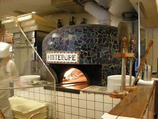 パルテノペ 恵比寿店 - ピザを焼く窯です。