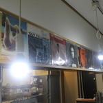 かれーの店 ポカラ - 昔、ロック、ソウルミュージックのレコードが飾ってある