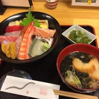弁慶鮨 - 宮城県本吉郡南三陸町の南三陸さんさん商店街にある弁慶鮨で海鮮丼(月)を食した。 税込2200円。