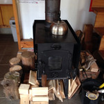 森のカフェ - まきストーブが…インテリアではなくて暖かい…