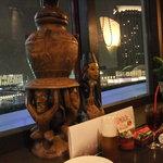 インドネシア料理スラバヤ - 窓辺にはバリ人形