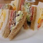 35296633 - ポークとアボカドのサンドイッチとフルーツサンド