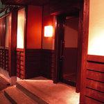 醸し家ダイニング - 入口の写真です。木の風合いを生かした暖かみの有る外観です。