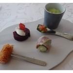 35304088 - アミューズ・・天使の海老カダイフ巻・リンゴを鴨ハムで巻いた品・ビーツのクリームチーズのせ・                       空豆ピューレの野菜添え。