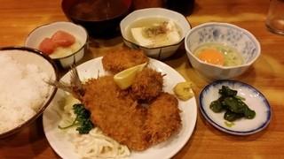 瀧元 - かき・アジフライ定食に付き合わせに、明太おろし。もちろん生たまごを発注♪