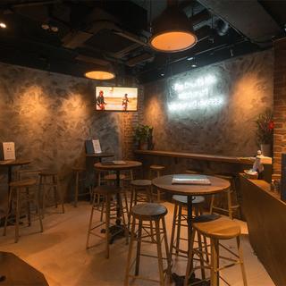 ニューヨークのカフェとアイリッシュパブをイメージ