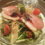 鉄板料理 八天 - 合鴨(燻製)とアーティチョークのサラダ
