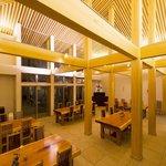 蕎麦 孤丘 - 高い天井、フロアに天然石を使ったホール