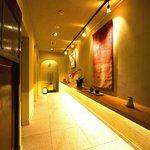 蕎麦 孤丘 - 広く趣のあるレストルームへの廊下