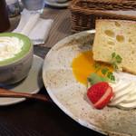 35320845 - シフォンケーキはいちごとクリームと合わせてショートケーキ風味で食べても◎