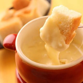 """本場スイスのチーズと国産野菜で堪能する""""チーズフォンデュ"""""""