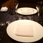 35339081 - テーブルに着席。
