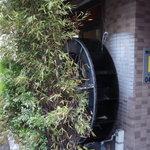 3534442 - ビルに寄り添い、木に隠された、水車。