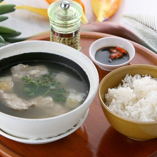 シンガポーリアンの朝食の定番、肉骨茶(バクテ)