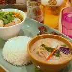 Mangotsurikafe - グリーンカレーとトムヤムヌードルのハーフ&ハーフ。パクチー大盛♪シンハービールといただきます^^