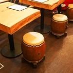 酒饌亭 灘菊 - テーブル席の椅子は本物の太鼓を使っています