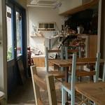 絵音カフェ - ene cafe @中葛西 大きなガラス窓から光が入る明るい店内