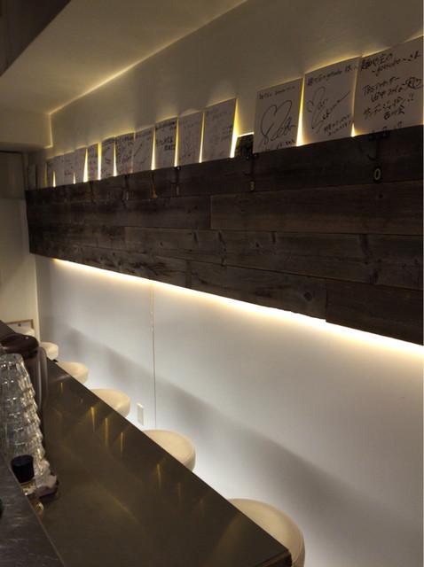 麺や 庄の gotsubo - バーの様な白い壁。