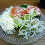 あこう蕎麦 衣笠 - かきフライ定食についたサラダ サラダバー形式で、いろいろなお野菜が沢山。単品でも安かったので、お客さんの身体のことを考えてくださっているのでしょうか?ポイント高いですよね
