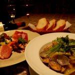 ピッツェリア クッチョロ - パスタランチ。左は前菜盛合せ、右はボンゴレビアンコ