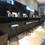 釘本食堂 - 食堂と言っても、イマドキのシャレオツ食堂ですね。       シンプルな内装がカッコイイです。       カウンター席とテーブル席があります。