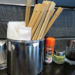 釘本食堂 - 卓上には、醤油・柚子胡椒・一味。       どんな風に使うのでしょうね。