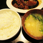 釘本食堂 - お味噌汁も肉抜きの豚汁みたいな具沢山で美味しかったです。