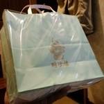 35373941 - 雨の日仕様の紙袋