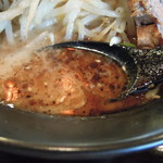 ラーメン 一遊 - 黒いガッツリ!!濃厚豚骨塩ラーメンのスープ