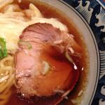 35378378 - 醤油ワンタン麺850円 ホロッとチャーシュー