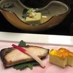 喜楽 - 奥は蟹みそ風味のお豆腐♪ 濃厚で美味しいかったです。