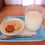 カフェ&雑貨ハンドハンド - 料理写真:カルピス(手作りクッキー付)
