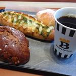 ベーカリーファクトリー - 手前から米粉黒糖クルミ、チーズバジルドッグ、メープルくろろーる、コーヒー