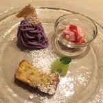 フィノッキオ - 苺のセミフレッド、紫芋のモンテビアンコ、リコッタチーズとヘーゼルナッツのトルタのアップ
