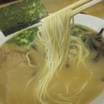とんこつ とん太 - 本場・博多から取り寄せている「極細ストレート麺」