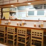 とんかつ 末吉 - 店内は4人がけテーブル3卓、カウンター11席ほど。