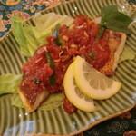 タマンサリ - イカンリチャ。メナド料理、魚にトマト玉ねぎ香辛料を煮込んだソースをかける