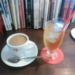 35399535 - コーヒーとリンゴジュース